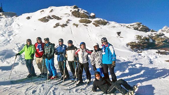 9 Männer im Schnee