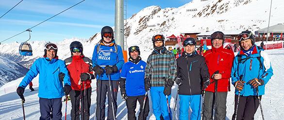 8 Männer im Schnee